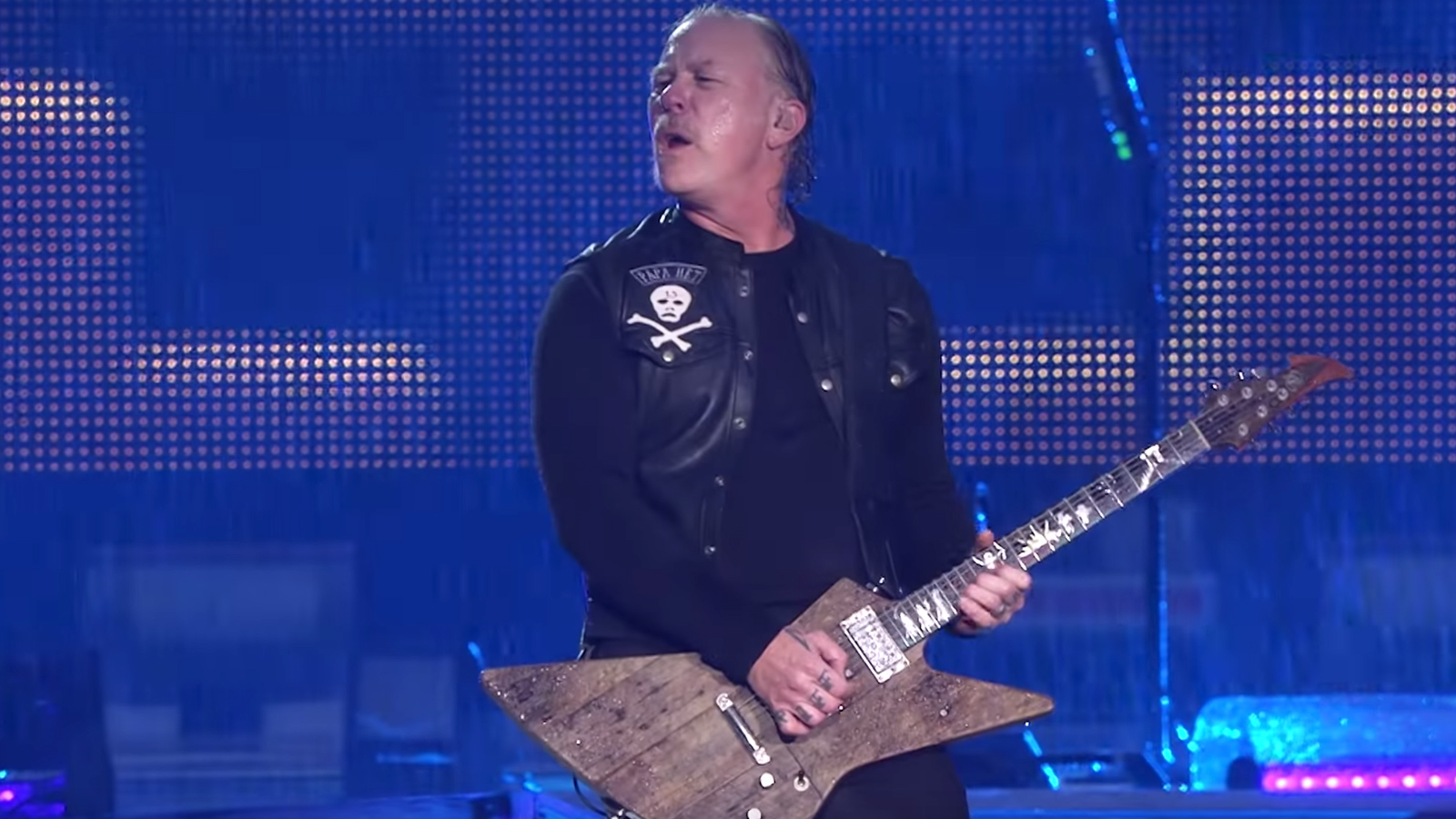 """See Metallica Play Stunning """"Master of Puppets"""" During Rainstorm in Manchester"""