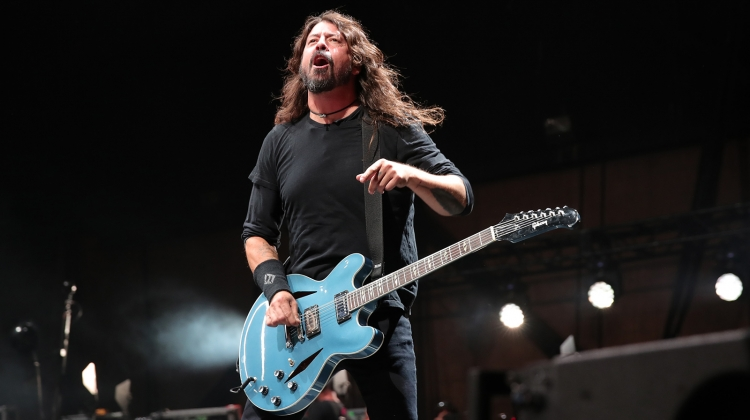 Dave Grohl chugs beer, falls off stage at Las Vegas show
